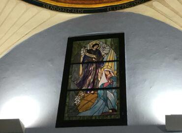 Anunciación. Ventana altar Ermita de Coria. Vidriera artística. Técnica mixta grisallla y Tiffany realizada por Natalia Benchoam