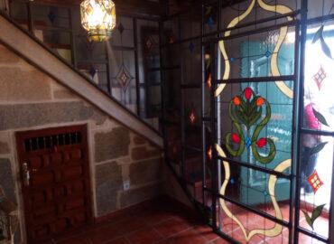 Cerramiento con barandilla y puerta corredera. Diseño tulipán. Vidriera tradicional realizada por Natalia Benchoam