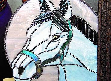Espejo con caballo. Vidriera artística realizada por Natalia Benchoam