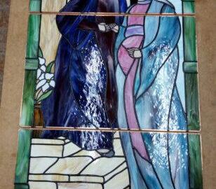 VISITACIÓN, Ventana altar Ermita de Coria. Vidriera artística. Técnica mixta grisallla y Tiffany, con inclusión de hojas de parra en latón de bronce